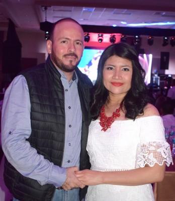 Los novios Allan Caballero y Lourdes Castro se comprometieron en pleno concierto.