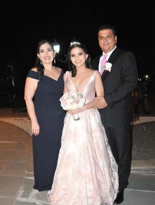 Natalia María Peña junto a sus padres, Karla y Raúl Peña