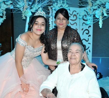 Natalia Mayela Cerrato junto a sus queridas abuelitas, Daisy Cáceres y María Magdalena vda. de Cerrato