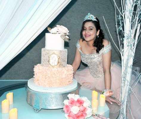 Natalia compartió con todos sus selectos invitados el delicioso pastel que en honor a su cumpleaños elaboró Dulce Deleite