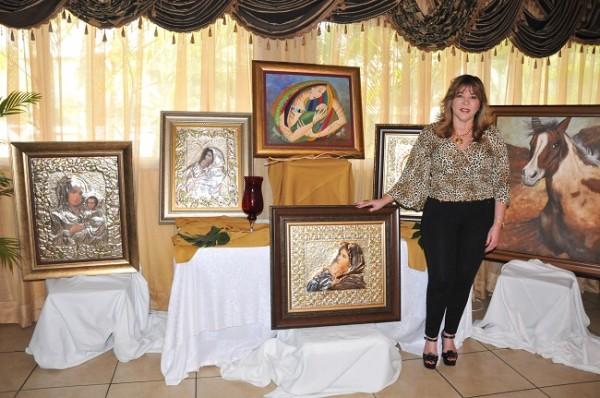 Ruth Rápalo inició desde niña realizando diferentes manualidades y paulatinamente fue despertando sus habilidades con el pincel y repujado