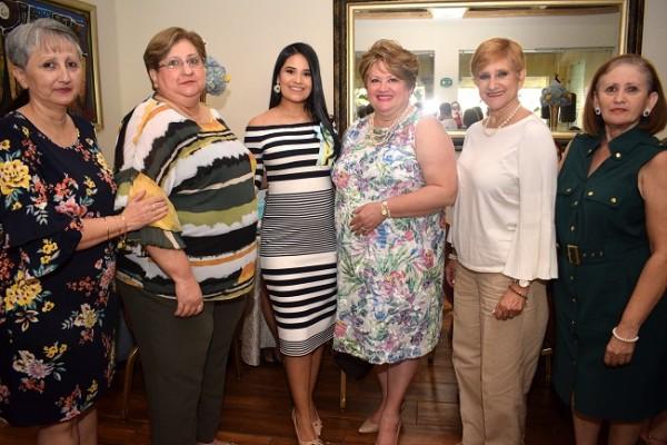Silvia Navarro, Celia Navarro, Irma Muñoz de Pavón, doña Jenny Navarro de Ochoa, Carolina de Cáceres y Carmen Navarro