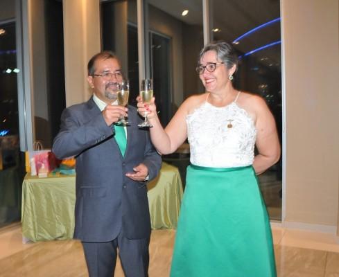 Martin Orellana y su esposa, Suyapa Castillo de Orellana, invitaron a todos a alzar sus copas para brindar en su gran noche de celebración