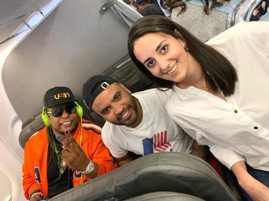 Andrea de Peralta regresaba de Miami y abordó el mismo vuelo con Zion & Lennox...aprovechó para tomarse una pic con las estrellas del Festival Noche del Sabor en su tercera edición.