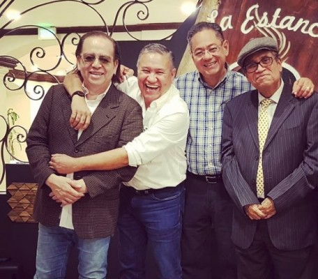 Bonita imagen de Miguel Caballero con el siempre alegre cantante y diputado Pilo Tejeda, el empresario José Castañeda y el músico Camilo Corea