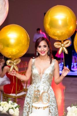 Como toda una diva, Waleska López de Aguilar en la celebración de sus 50 dorados