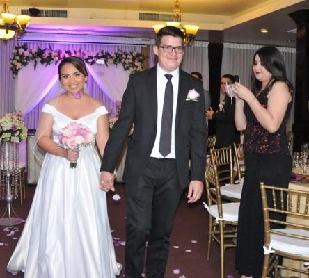 Con sus emociones a flor de piel, los novios culminaron su ceremonia de enlace y recibieron una lluvia de pétalos de rosa