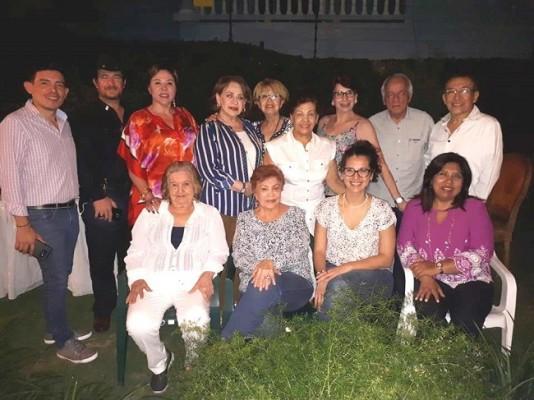 Entre amigos, celebrando triple cumpleaños para Miriam, Yoli y Julio Escoto.