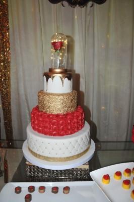 La Rosa Encantada fue uno de los fantásticos detalles que realzaron en cada rincon del recinto...el pastel de cumpleaños complementó su imagen con esta.