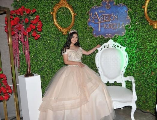Aniston Fiorella se decantó por un vaporoso vestido que reflejó el encanto de sus 15 primaveras ¡como en un cuento de hadas!