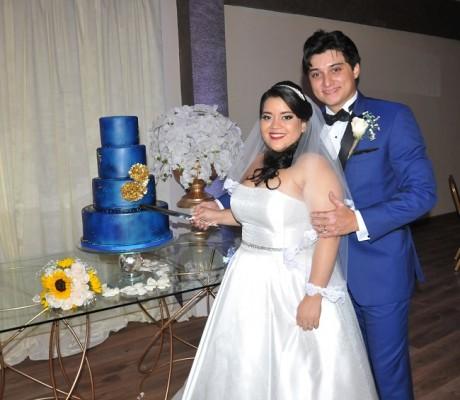 Narda y Gabriel compartieron su enlace y pastel de bodas con sus selectos invitados. Planean disfrutar de su luna de miel en Santorini, la isla griega por excelencia.