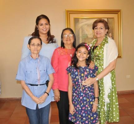Debbie Ordóñez, Noemí Linares, María Luisa Linares de Amaya, María Fernanda Paz y Yolanda Linares