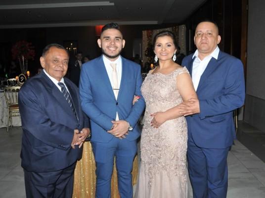 El abuelo de la quinceañera, José Ángel López, junto a su hermano, José Ángel Girón López, y los padres de Aniston Fiorella, Gloria Marina López de Girón y Januario Girón Melara.