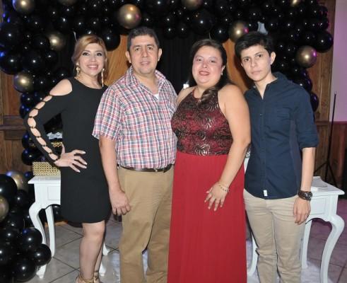 El cumpleañero Carlos Edwin Pleitez junto a sus hermanos, Liliana, Carlos y Andrea