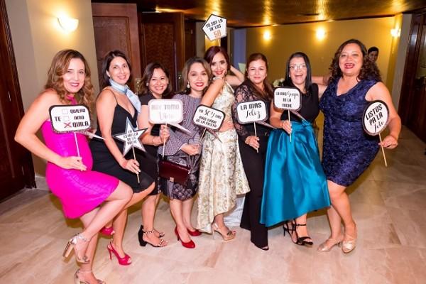 Ex compañeras del Instituto Maria Auxiliadora con la protagonista de la noche, Waleska López de Aguilar