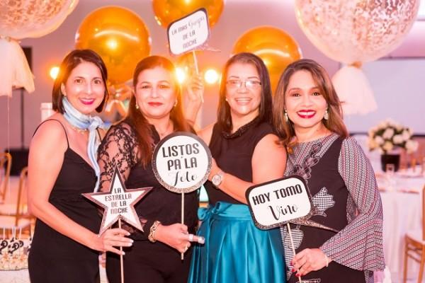 Mayra Castro estuvo el pasado miércoles de plácemes y estuvo muy festejada por su círculo de amistades y compañeros de RTV...en esta imagen la vemos con un grupo de amigas, entre ellas: Jessica Sierra, Carmen Montielh y Eliza Funes.