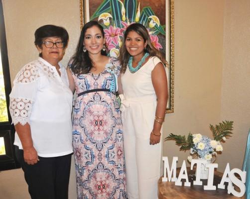 La abuela materna, Aída Urquía, Mirna Escobar de Gámez y su hermana, Sandy de Teruel
