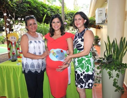 La abuela paterna, Iris de Martínez, Graciamaría Vásquez de Martínez y su madre, Gracia de Vásquez