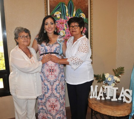 La abuela paterna, Nelly Linares, Mirna Escobar de Gámez y la abuela materna, Aída Urquía