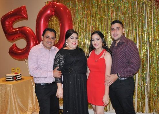 La cumpleañera junto a su esposo, Allan Portillo y sus hijos, Clarissa y Allan José Portillo Hernández