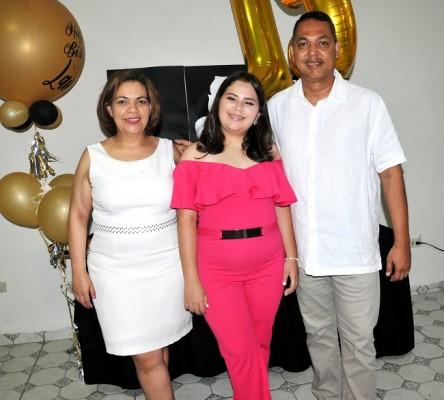 La encantadora quinceañera en una imagen única junto a sus padres, Glenda Arita de Torres y Eduardo Torres