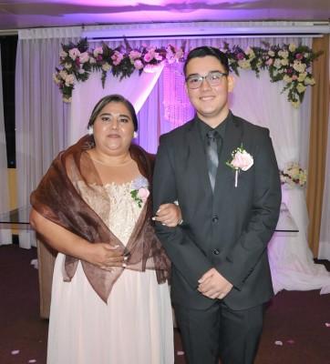 La madre de la novia, Luisa Margarita Nolasco junto a su hijo, Manuel García