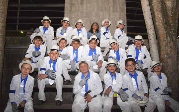 Los estudiantes de quinto grado hicieron que el público presente recordara al rey del Pop, Michael Jackson.