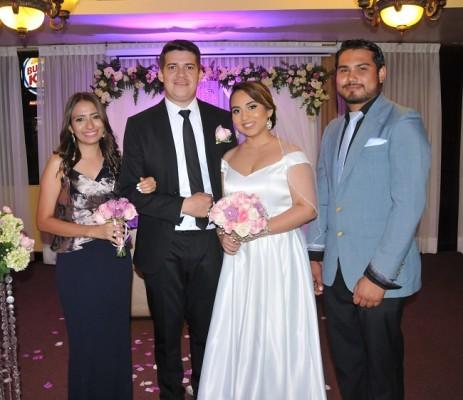 Los novios, Arles Javier Euceda Andrade y Alicia Carolina García Nolasco, con sus padrinos de boda, Benjamín Raudales y Grethel Mena