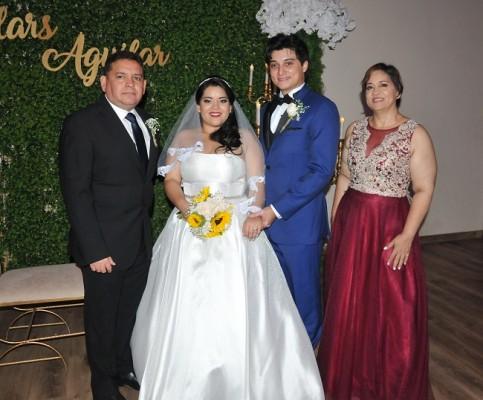 Los novios, Carlos Gabriel Villars Zamora y Narda Nicole Aguilar Sánchez, junto a sus padres, Mario Enrique Aguilar e Ivon Jackeline Sánchez de Aguilar