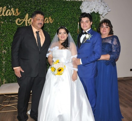 Los novios, Narda Nicole Aguilar Sánchez y Carlos Gabriel Villars Zamora, junto a sus padres, Daisy Zamora de Villars y Gabriel Villars