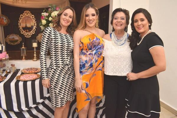 María Camila Junto a su familia, Maybelle Casco, Maybelle Brevé e Indira de Bueso.