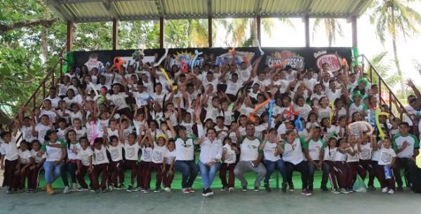 Colaboradores de Jaremar con los escolares luego de la entrega de los Eco Tenis se mostraon muy felices. alegría.