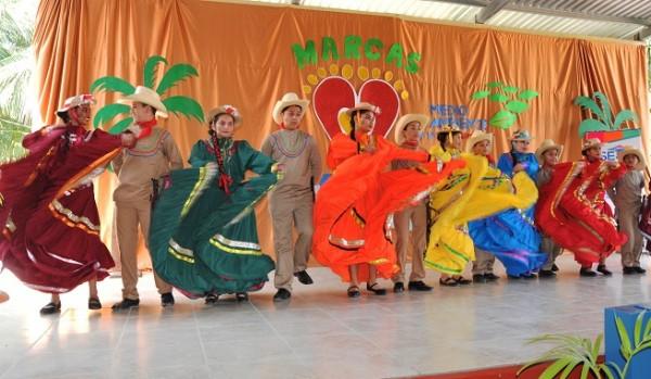 El Cuadro de Danzas del Centro de Educación Básica San Alejo deleitó a los presentes
