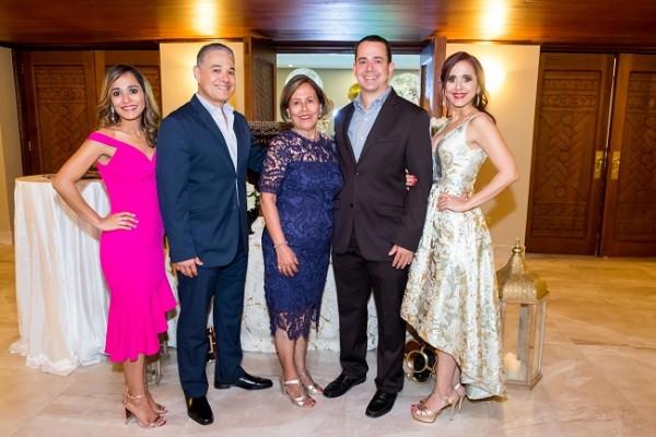 La familia López Gutiérrez en pleno: Mariela Isel, Mario Martín, Martha de López, Mario Alberto y Waleska López de Aguilar