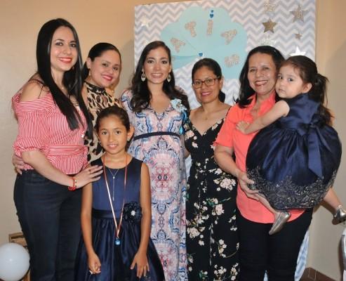 Maritza, Inés y Ruset Cubero, Mirna Escobar de Gámez, Livys de Turcios, Livys Cubero y María Valentina