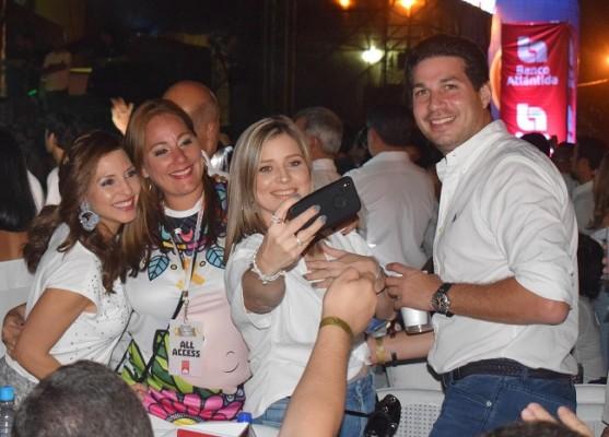 Melissa de Canahuati y su esposo, Luis Canahuati, disfrutando entre amigos y compartiendo una selfie