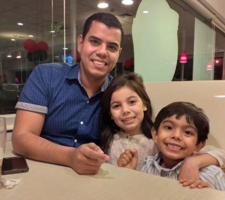 Miguel Vargas con sus hijos
