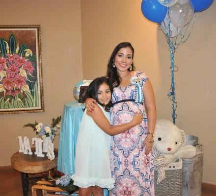 Mirna Escobar de Gámez junto a su hija, Mia Valentina
