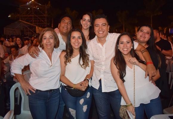 Onías y Andrea de Peralta, Margarita Kawas, Andrea Suzette, Mario Paz, Alejandra Sikaffy y Valerie.