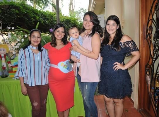 Rosa Morales, Graciamaría Vásquez de Martínez, Mónica Prado, Jimena Flores y Daniela Paredes