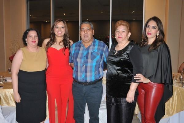 Rosmery, Kelly y René Hernández, con Rosa María Peña de Hernández y Vanessa Hernández
