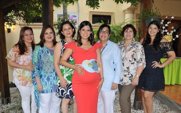 Con las oferentes del baby shower: Sulim de Soto, Ileana Rodríguez de Soto, Gracia de Vásquez, Graciamaría Vásquez de Martínez, Waldina Vallejo, Riva de Romero