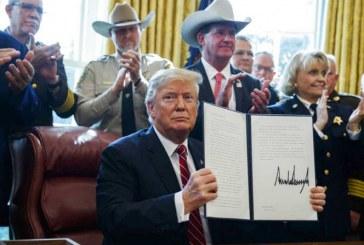 Trump firma el primer veto de su presidencia para financiar el muro con México