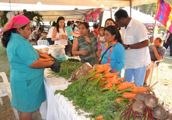 Los asistentes tuvieron la oportunidad de adquirir vegetales frescos importados desde Intibucá.