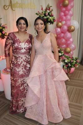 Dayana Diban de Canahuati junto a su hija, Antonella Canahuati Diban