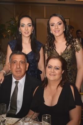 Joan, Jennifer, Óscar y Claudia Handal.