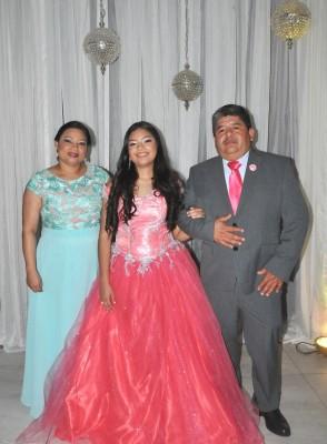 La encantadora quinceañera, Diana Carolina Méndez Mendoza, junto a sus padres, Elsy Mendoza y Dennis Harry Méndez