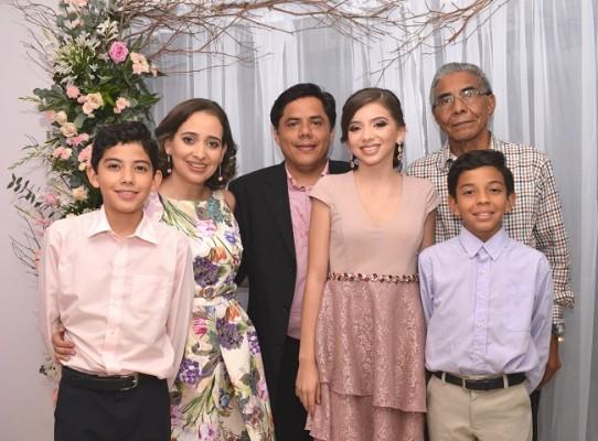 La familia Núñez-Garay celebrando la vida de la encantadora Camila Rocío