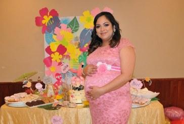 Entre flamingos y flores tropicales ¡el baby shower de Alejandra!