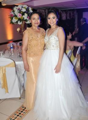 La hermosa novia, Elia Lavinia Hernández Santos junto a su madre, Eva Lavinia Santos